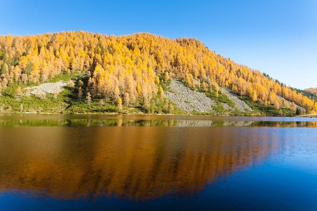 """Górska panorama z włoskich alp. refleksje na temat wody z jeziora """"calaita"""". piękne dolomity"""