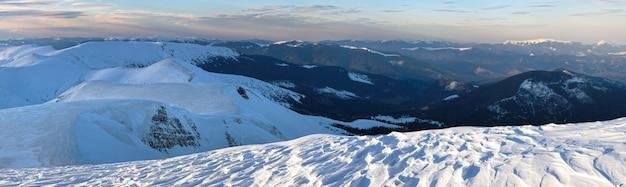 Górska panorama zmierzchu z wieczornymi cieniami zasp śnieżnych
