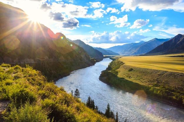 Górska rzeka katun na zachód słońca. zdjęcie wysokiej jakości