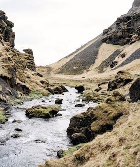 Górska rzeka na islandii wpada do wąwozu wśród kamieni