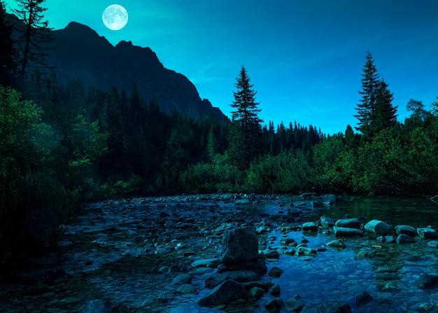 Górska rzeka w tatrach wysokich nocą na słowacji
