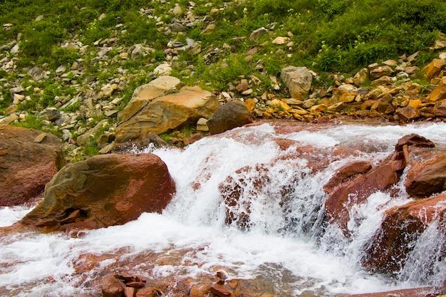 Górska rzeka, woda i skały w khazbegi w gruzji