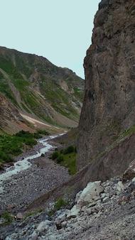 Górska rzeka wpada do wąwozu