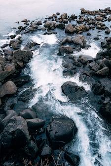 Górska rzeka wypływa z ehsaraurfoss w dolinie tingwedlir silfra fault