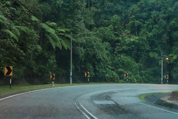 Górska serpentyn droga asfaltowa w azjatyckiej dżungli górskiej.