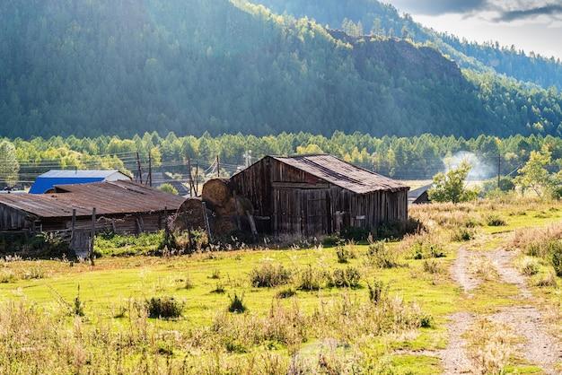 Górska wieś na wiejskim pustkowiu rosja góra ałtaj wieś tuecta