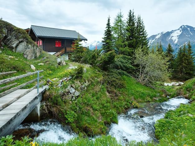 Górska wioska bettmeralp lato pochmurny widok z małym strumykiem (szwajcaria)
