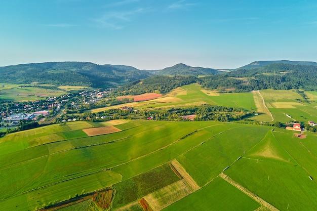 Górska wioska i pola uprawne widok z lotu ptaka krajobraz przyrody