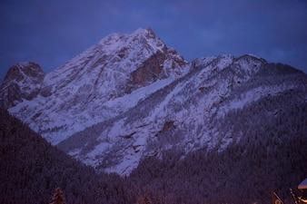 Górska wioska w Alpach w nocy