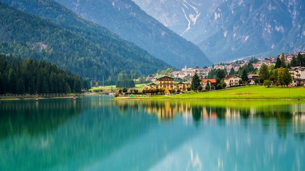 Górska wioska w auronzo di cadore, włochy