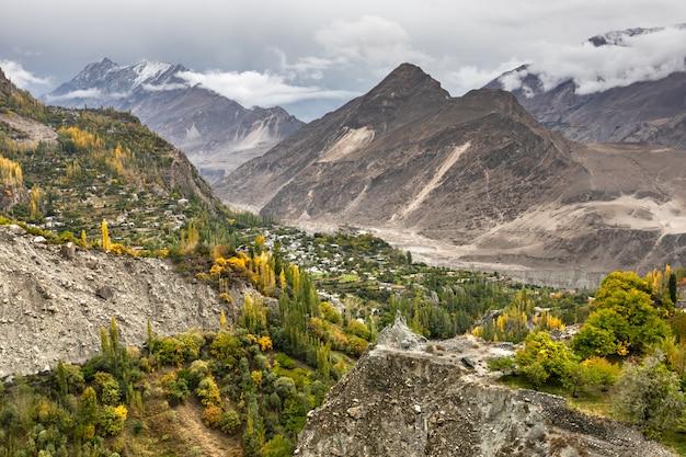 Górska wioska w dolinie rzeki hunza gilgit baltistan, pakistan północne obszary