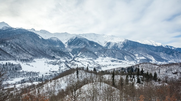 Górska wioska w górach kaukazu w zimie, swanetia, gruzja.