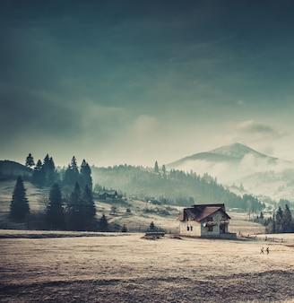 Górska wioska w mglistym dniu