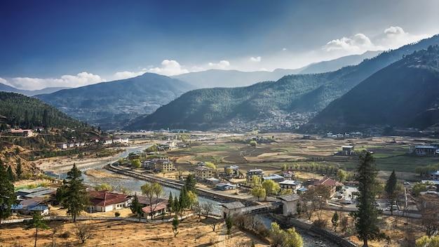 Górska wioska w słoneczny letni dzień