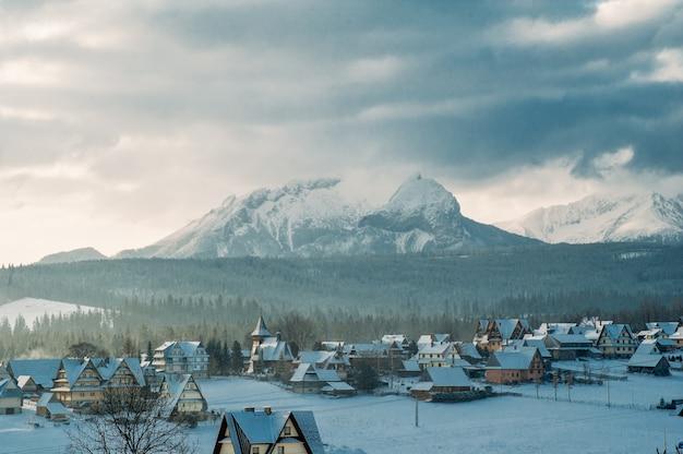 Górska wioska w śniegu w zimie