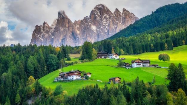 Górska wioska w villnoss, dolomity, włochy
