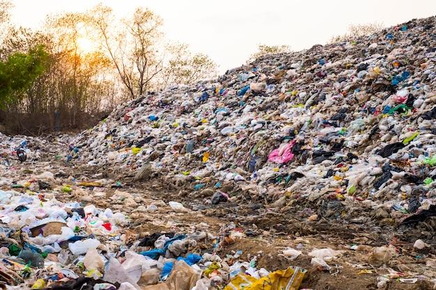 Górski duży stos śmieci i zanieczyszczenia, kupa smrodu i toksycznych pozostałości