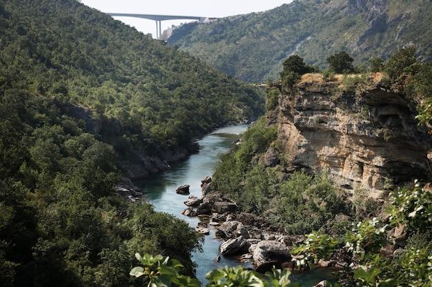 Górski kanion z widokiem na rzekę z góry