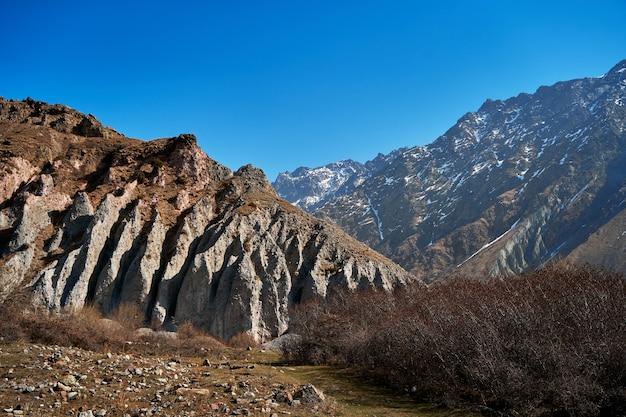 Górski krajobraz naturalny. śnieżne czapy szczytów gór. skaliste skały. zmięty krajobraz.