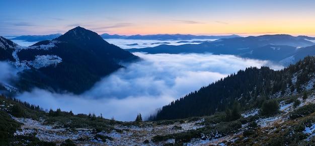 Górski krajobraz o świcie. panorama z pięknymi chmurami i mgłą. karpaty, ukraina, europa