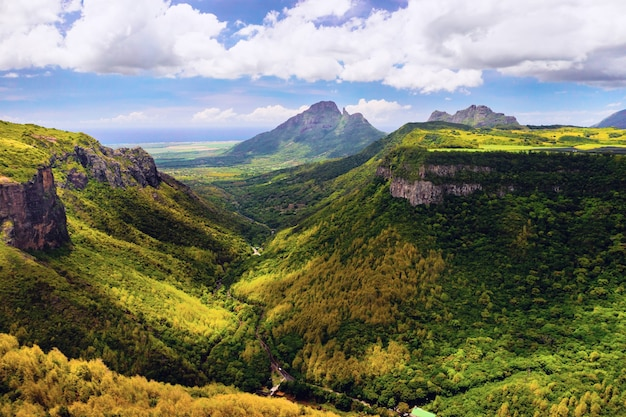 Górski krajobraz wąwozu na wyspie mauritius, zielone góry dżungli mauritiusa
