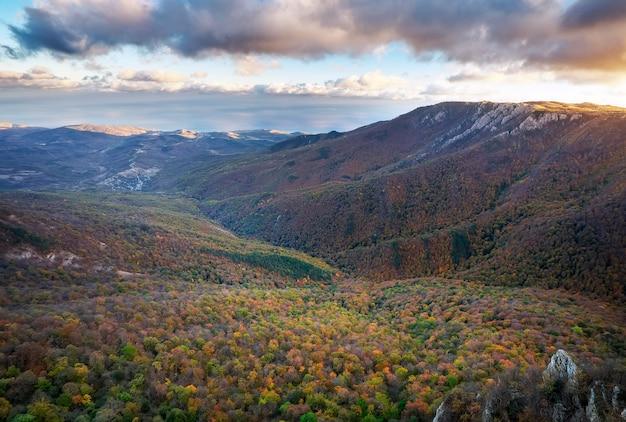 Górski krajobraz z kolorowymi drzewami jesienią