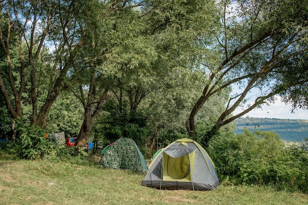 Górski krajobraz z namiotami i miejscem biwakowym