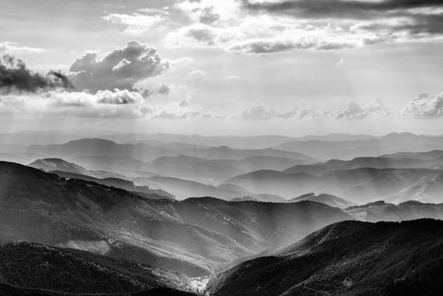 Górski krajobraz z promieniami słońca