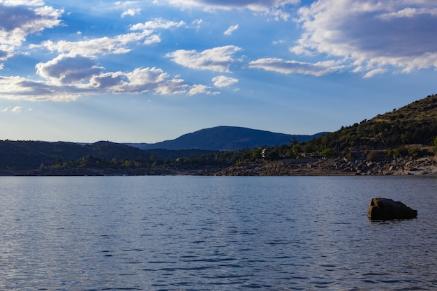 Górski krajobraz z turkusowym jeziorem wodnym.