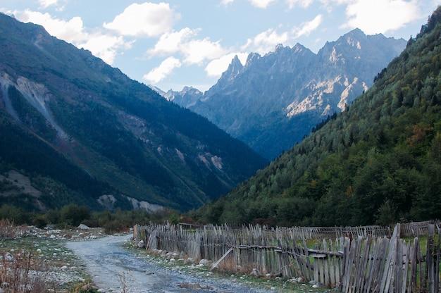 Górski krajobraz ze ścieżką