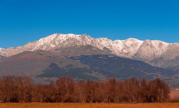 Górski krajobraz ze śniegiem na szczytach góra gredos w hiszpanii