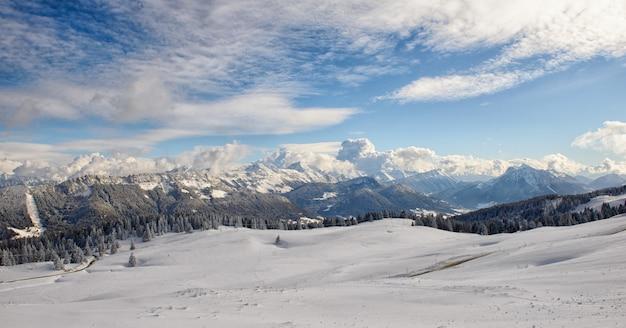 Górski krajobraz ze śniegiem