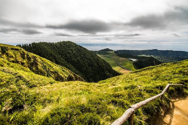 Górski krajobraz ze szlakiem turystycznym i widokiem na piękne jeziora ponta delgada, wyspa sao miguel, azory, portugalia.