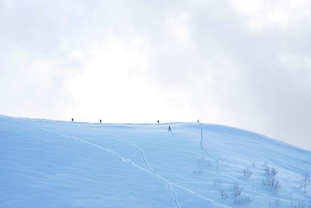 Górski ośrodek narciarski rosa khutor w soczi. zimowy słoneczny dzień z zachmurzeniem