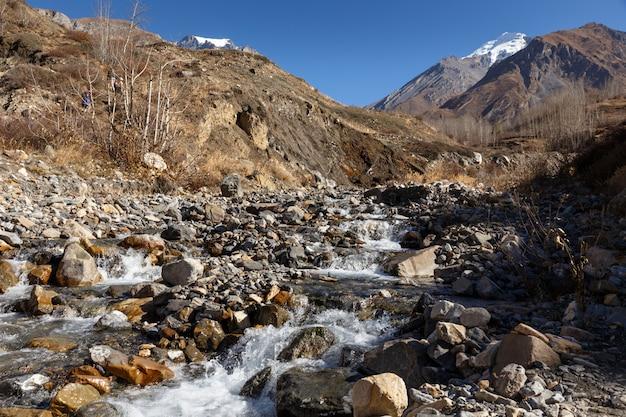 Górski potok w wąwozie