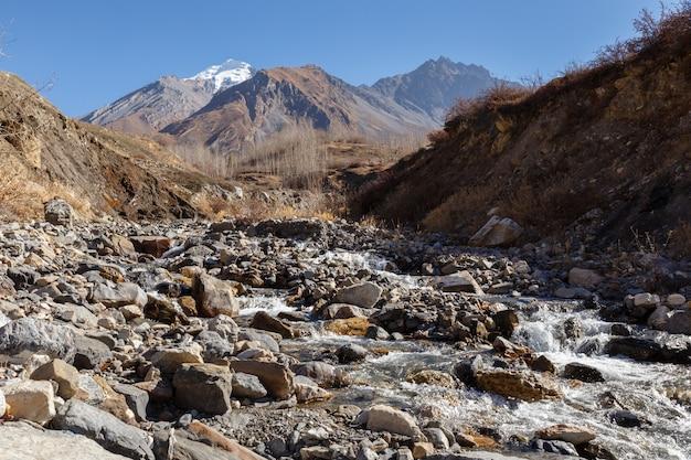 Górski strumień przepływa przez kamienie