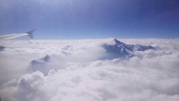 Górski szczyt wynurza się z chmury.