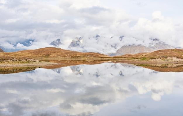 Górskie jezioro koruldi. górna swanetia, gruzja europa. góry kaukazu