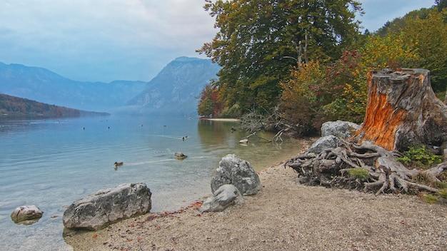 Górskie jezioro natura krajobraz. piękne błękitne niebo odbicie w