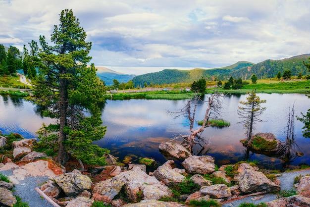 Górskie jezioro pomiędzy górami. willa nad morzem. włochy