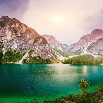 Górskie jezioro pośród gór