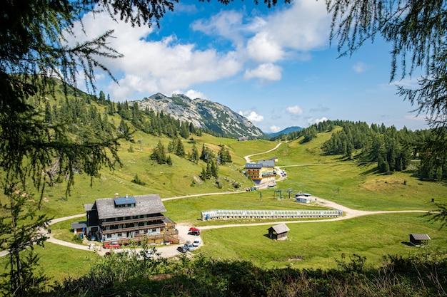 Górskie krajobrazy w austriackich alpach spotykają się podczas wędrówek ścieżkami