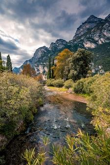Górskie malownicze alpejskie krajobrazy panoramiczne, błękitne niebo, rzeka strumień