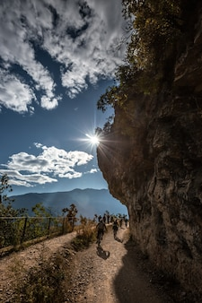 Górskie malownicze alpejskie krajobrazy panoramiczne, błękitne niebo