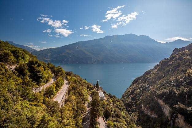 Górskie malownicze alpejskie panoramiczny krajobraz, błękitne niebo, linia brzegowa