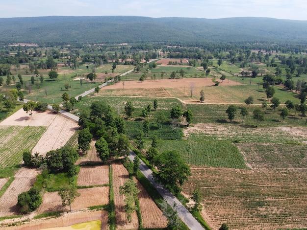Górskie pola uprawne w wiejskiej tajlandii, fotografia krajobrazowa, fotografia dronowa