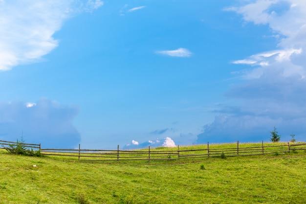 Górskie wzgórza czysta natura wiejski krajobraz