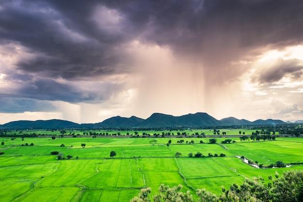Górskie zielone pole pada zjawisko burzy naturalne