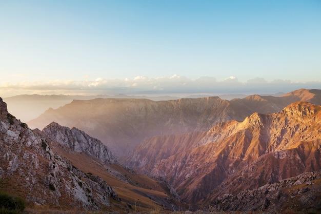 Góry chimgan w pobliżu miasta taszkent, uzbekistan