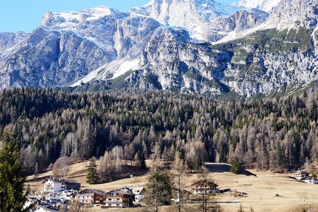 Góry cortina d'ampezzo w świetle dziennym